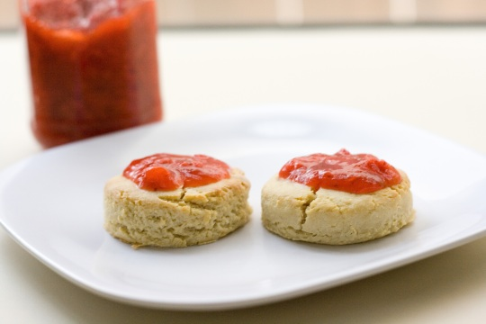 Sugarless Strawberry Jam and Almond Flour biscuits